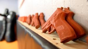 I lokalen finns prototyper för pistoler och andra vapen.