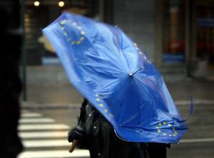 Inlåsta i EU undermineras vårt folkstyre, skriver debattörerna. Foto: TT