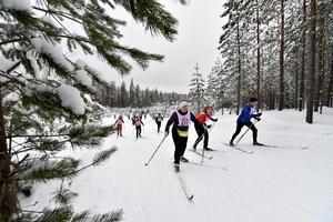 Snö i mängd inramar årets skidfest. På bilden är det MerjaNiemelä från Torshälla som stakar fram i spåret