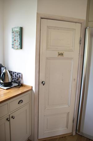 Det gamla skafferiet har bevarats, om än lite ombyggt. Dörren kommer ursprungligen från gamla apoteket i Ockelbo.