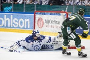 Tex Williamsson, i Leksandströjan, räddar en straff från Björklövens David Lindquist under förra säsongen. Bild: Daniel Eriksson/Bildbyrån
