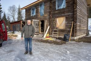 I den gamla timmerstommen byggs en ny verkstad och kurslokal. Jan och hans fru Anna Maria har även planer på att bjuda in föreläsare från hela världen. Foto: Berit Djuse