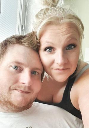 """Nicklas Johansson och Isabelle Norgren har bott på olika sjukhus ända sedan Walder föddes. I långa perioder tvingas de vara ifrån sina andra barn, och de saknar den helt vanliga vardagen: """" Vi saknar friheten, och privatlivet överlag. Vi får aldrig vara ensamma här. Det kommer kännas jättekonstigt att komma hem och få skapa egna rutiner"""", säger Isabelle. Foto: Privat"""