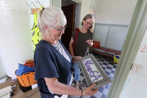 Förra rektorn Elisabeth Berg och klasslärare Anna Falk har goda minnen från gamla Lekebergsskolan som nu ska rivas och ge plats för en ny skolbyggnad.