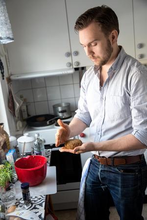 - Krydda underfrån när du lagar vegatariskt, för att locka fram den djupa smaken, säger Gustav.