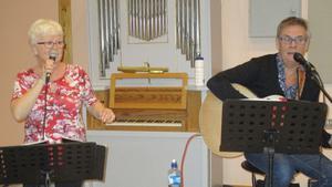 Shirley och Tommy spelade och sjöng i Kyrksalen. Foto: Roland Norrman