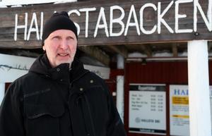 Håkan Östman, ansvarig för backen i Hallsta, hoppas på kyla och gärna lite natursnö också. Foto: Jonny Dahlgren/arkiv