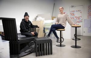 Snart redo för Möbelmässan. Mika provsitter en av sina höj- och sänkbara stolar. Rasmus sitter på sin så kallade samlingsmöbel, en möbel att samlas i, på och omkring. Om de har tur kan möblerna komma i produktion.