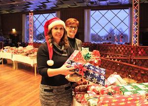 Martina Bergman, Rotary och Helen Östergren NOrdic Choice Hotels med  klappar som samlats in av borlängebor.