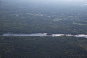 Skogen breder ut sig i Södermanlands län. Det kan ta lång tid innan någon upptäcker att det brinner, på det viset fyller brandflyget en stor funktion.