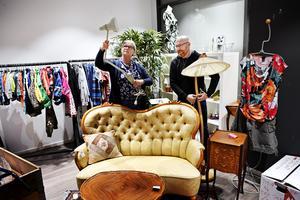 Mia Sörman och Pedher Skoog plockar upp varor i den nyöppnade pop up-butiken på Asecs