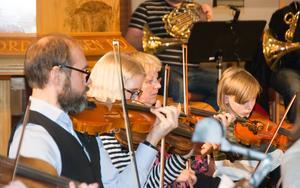 Yngre och äldre sida vid sida i musiken: Torben Daniels, 12 år och snart 13, bland mognare medmusikanter.
