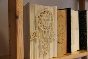 Lasse Lodesjö är en av de lokala konsthantverkarna som ställer ut i magasinet bakom Bergöös i Hallsberg. Han arbetar bland annat med att utforma hantverk av böcker. Med fin precision skapar han mönster och texter av böckernas sidor.
