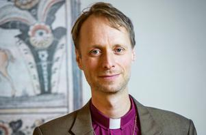 Mikael Mogren, biskop i Västerås stift, skriver om kyrkan som vårt kulturell rotsystem och  enande förankring. Foto: Magnus Aronson/Svenska Kyrkan