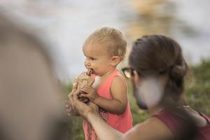 Ettåriga Alva Nilsson tog stora tuggor av pappas mat.