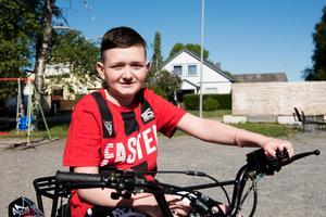Alexander lever med en obotlig hjärntumör. Med sin nya fyrhjuling slipper han rullstolen och kan obehindrat ta sig runt hemma i Arnäsvall.