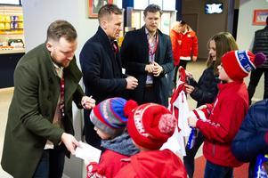 Eric Moe, Erik Andersson och Anton Axelsson skriver autografer innan nedsläpp.