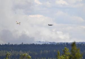 Tidigare har skjutfältsbranden vid Trängslet bombats med vatten. Framöver kan det bombas med riktiga bomber, för att få bukt på branden.