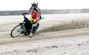MINUS: Att Speedway, som är Sveriges tredje största publiksport, inte bedrivs norr om Avesta. Detta trots att det finns rundbanor i Gävle, Bollnäs, Östersund och Örnsköldsvik där det körs isracing, men som ännu inte är godkända och helt färdiga för speedwaytävlingar.