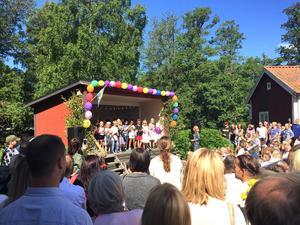 Sång inför sommaren. Nästan varenda kvadratcentimeter var upptagen vid Hembygdsgården vid skolavslutning i Surahammar.