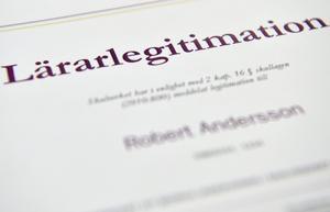 Den statliga utredaren vill bland annat flytta utfärdandet av lärarlegitimationer till Härnösand. Skolverket säger nej.