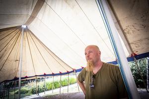 Gycklaren Zack Segelström i det stora tältet utanför Bergmansparken. Foto: Lennye Osbeck
