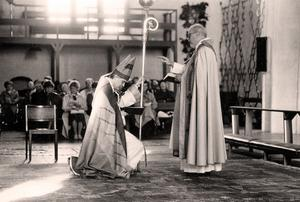 Den nye biskopen Claes-Bertil Ytterberg tas emot av domprosten  Carl-Johan Hellberg i Västerås domkyrka 1988.Foto: Pelle Söderbäck