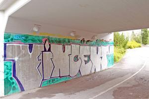 Någon har skapat graffiti till minne av den försvunne Vincent Rehnsbo. Finns i tunneln under järnvägen.