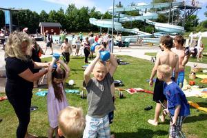 Gammelhyttans IF lånar ut hantlar till barn och ungdomar och gör reklam för sin powergirlgrupp. Ann-Sofie Eliasson instruerar.