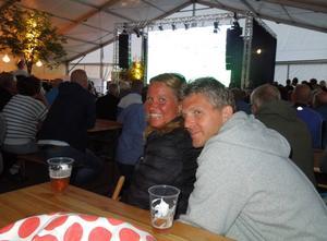 Åke och Anna Karin Frelin spenderade söndagskvällen framför storbilds-tv:n i Grönlandsparkens öltält.