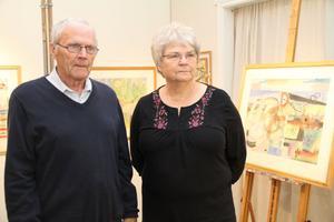 Gösta och Barbro Forsblom studerade tavlorna på söndagen. Molin har en egen stil i förhållande till andra, säger Gösta. Vi har ett porträtt i olja av honom hemma. Det är fina färger i hans motiv, säger Barbro.