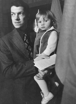 Bild från 1973 under Helge Hagbergs tid som kommunalråd i Örebro. Här tillsammans med dottern Maria. Foto: NA arkiv
