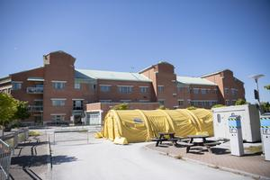 Utanför akutmottagningen finns ett stort tält för provtagning.