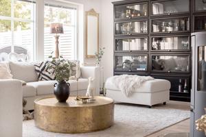 Favoritmöbeln är den stora hyllan i vardagsrummet.  – Jag beställde den från Nilssons möbler i Lammhult, den var skadad när den kom så de körde upp själva med en ny. Bordet i mässing  från Jotex beställde jag redan innan huset var byggt,  säger Amanda.