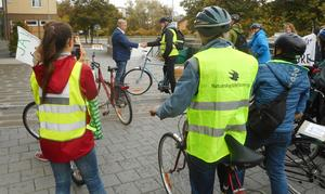 På fredagen uppvaktades kommunalrådet Tage Gripenstam (C) av deltagarna i en cykeldemonstration. Foto: Privat