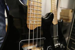Ulf Mossbergs speciella kännetecken är den lilla böjen på gitarrhalsen och att prickarna på bandet sitter på sidan och inte i mitten.
