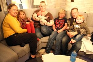 Lycklig familj och gudmor. Johanna Bergman, Tilda Lööf, Susanne Näslund, Rasmus, Samuel Lööf, pappa Roger Stenersen med ettåringen Elliot.