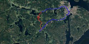 Den röda ringen är där arbetet med den nya bron kommer pågå. Den streckade röda linjen är vägen som kommer stängas av. Den blåa streckade linjen är vägen som trafiken leds om på. Bild: Google maps.