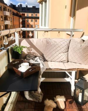 Den platsbyggda bänken har Saras pappa byggt av gamla golvbrädor.