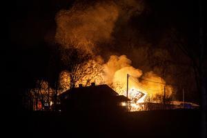 Räddningstjänsten uppskattade att de skulle vara kvar på platsen hela natten.
