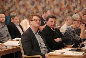 Kommunalrådet Fredrik Rönning (S) och vicerådet Ingemar Hellström (S) är mycket nöjda över att sjukfrånvaron bland kommunens anställda fortsätter sjunka.