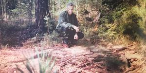 """Kriminalinspektör Peter Ståhl vid """"graven"""" i skogen några dagar efter svampplockarens makabra fynd 1999. Foto: Thomas Brandt"""