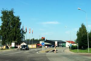Vid trafikljuskorsningen skulle 84:an svänga mot vänster, och gå västerut via Kyrksjönäsvägen.  Nu blir riksvägen kvar genom centrum.