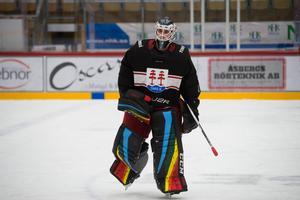Kiruna har fått mycket uppmärksamhet för sina regnbågsfärgade matchtröjor och Henrik Edströms benskydd sticker ut.