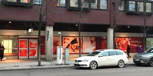Mellan ingången till Nygatan och Handelsbanken finns det skyltfönster med bilder i stället för varor.