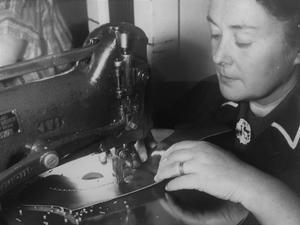 Många kvinnor arbetade i Oscarias Örebrofabrik, här en bild från nåtlingsavdelningen. Av de cirka 800 anställda 1968 var 153 kvinnor. Foto: NA/arkiv
