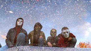Ett återkommande tema från tidigare videor är barn i masker som i denna låt rör sig i kvarteren som bandmedlemmarna rörde sig i som barn. Bild: Privat