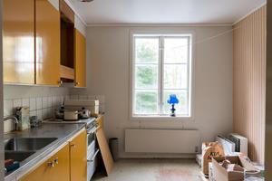Köket på övervåningen är en riktig färgklick. Bild: Utsikten foto.