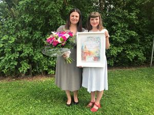 Kommunfullmäktiges ordförande Blerta Krenzi (S) delade ut pris till årets kulturstipendiat, Fredrika Holmberg.
