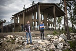 Dalarnas villa står klart och är redo för familjen som ska flytta in. Efter lite mer än 1,5 år är Sveriges mest skadesäkra hus färdigbyggt. Simon Strömqvist, chef Skadeförebygg, och Johan Pettersson, skadeförebyggare utanför huset.